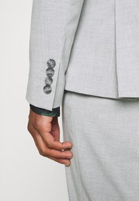 Isaac Dewhirst - PLAIN LIGHT SUIT - Completo - grey - 9