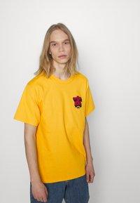 HUF - OPPOSITE OF LOW TEE - Print T-shirt - golden - 0