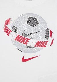 Nike Sportswear - SOCCER BALL TEE - Print T-shirt - white - 3
