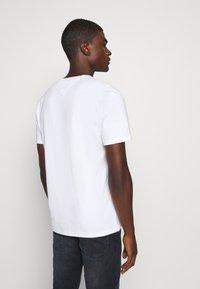 Tommy Jeans - STRAIGHT LOGO TEE - T-shirt z nadrukiem - white - 2