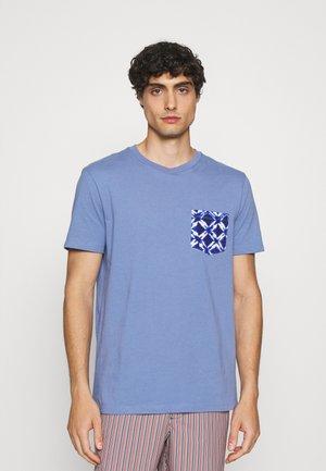 CREW POCKET - Print T-shirt - larkspur