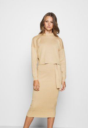 FUNNEL NECK CROPPED JUMPER AND TIE WAIST MIDI SKIRT SET - Sweter - camel