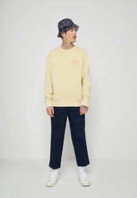 Levi's® - PRIDE RELAXED GRAPHIC CREW UNISEX - Sweatshirt - yellows/oranges - 1