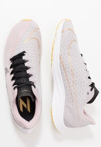 Nike Performance - ZOOM RIVAL FLY 2 - Neutral running shoes - plum chalk/black/silver lilac/metallic gold/infinite gold - 1