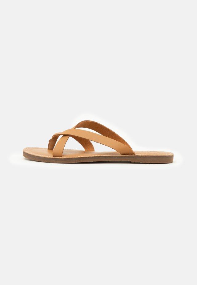BOARDWALK LIV  - Sandály s odděleným palcem - desert camel