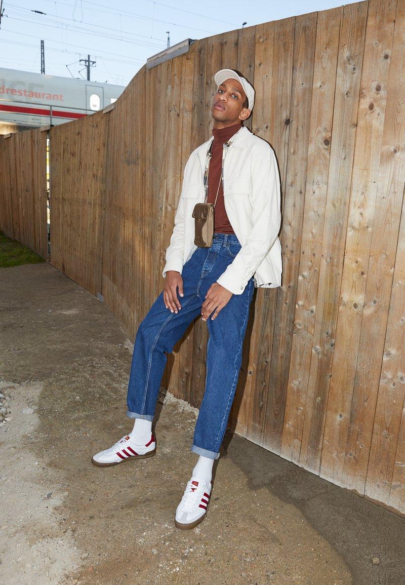 adidas Originals - JEANS UNISEX - Trainers - footwear white/collegiate burgundy