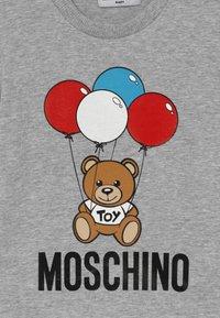 MOSCHINO - Print T-shirt - grigio chiaro - 3