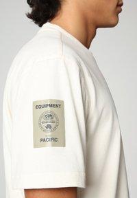 Napapijri - S-OAHU - T-shirt med print - new milk - 4
