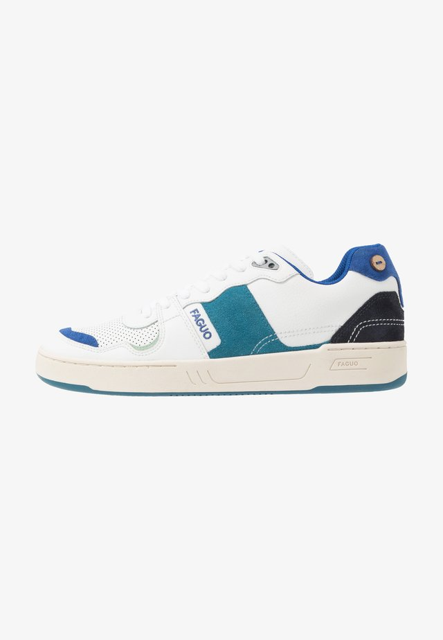 BASKETS CEIBA - Matalavartiset tennarit - white/blue