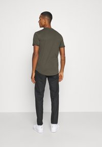 Calvin Klein Jeans - BADGE TURN UP SLEEVE - T-shirts basic - deep depths - 2