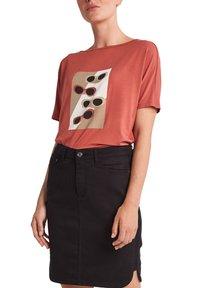 comma casual identity - Print T-shirt - tabasco sunglasses print - 6