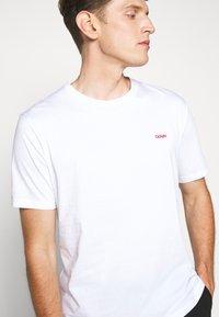 HUGO - DERO - Basic T-shirt - white - 5
