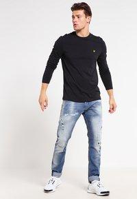 Lyle & Scott - CREW NECK PLAIN - Långärmad tröja - true black - 1