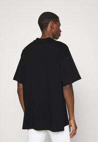 Versace Jeans Couture - INTERLOCK - T-shirt imprimé - nero - 2