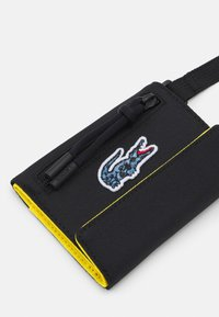 Lacoste - NAT GEO NECKLACE WALLET UNISEX - Portfel - frog - 3