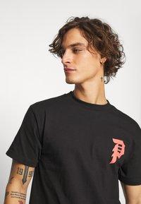 Primitive - SHATTERED TEE - T-shirts print - black - 3