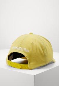 Mitchell & Ness - PINSCRIPT - Cap - passtle yellow - 3