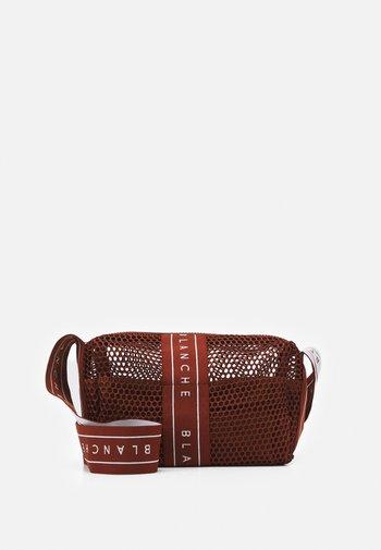 CROSSOVER BAG - Across body bag - caramel