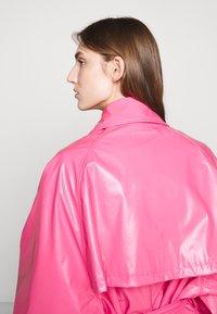 MM6 Maison Margiela - COLOR - Trenchcoat - barbie pink - 5