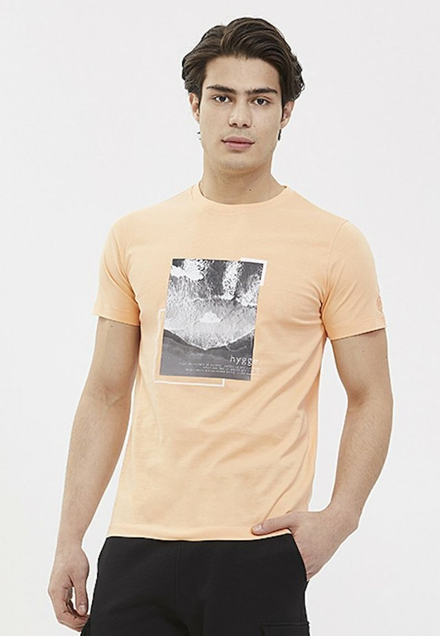 HYGGE - T-shirt print - coral sands
