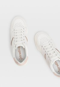 Stradivarius - MIT FERSENDETAIL - Sneaker low - white - 2