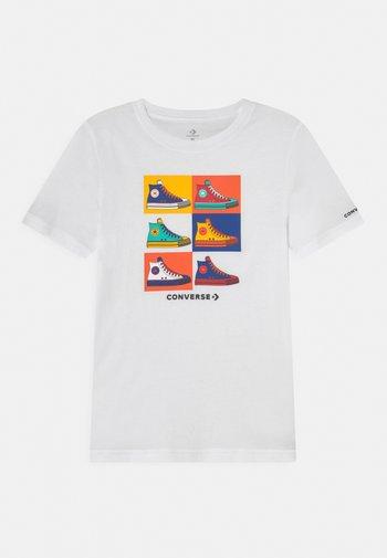 POP ART CHUCKS TEE UNISEX - T-shirt con stampa - white