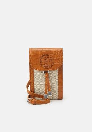 RACHEL PHONE - Taška spříčným popruhem - cognac