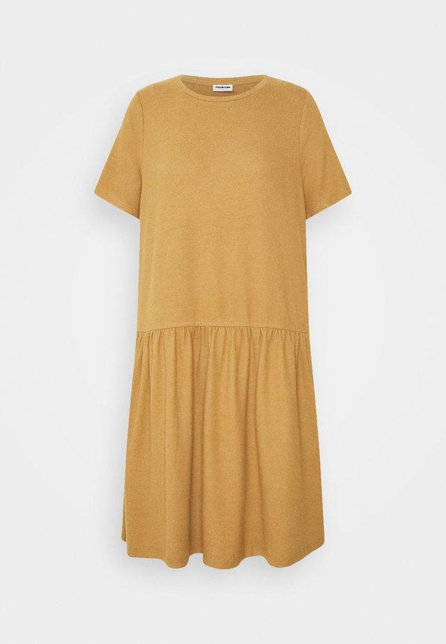 NMJOSE LOOSE DRESS - Pletené šaty - tigers eye
