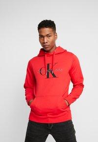 Calvin Klein Jeans - MONOGRAM HOODIE - Huppari - racing red - 0