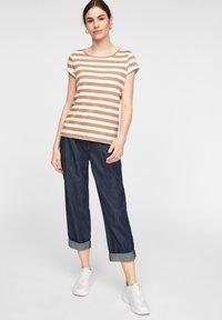 comma casual identity - MIT SCHMUCK-DETAIL - Print T-shirt - caramel stripes - 1