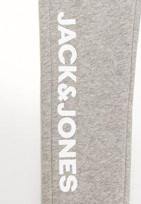 Jack & Jones Junior - JJIGORDON SIDE SOFT PANTS - Trainingsbroek - light grey melange - 2