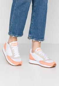 Saucony - JAZZ VINTAGE - Sneakers - white/cantaloupe - 1