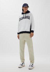 PULL&BEAR - Straight leg jeans - mottled beige - 1