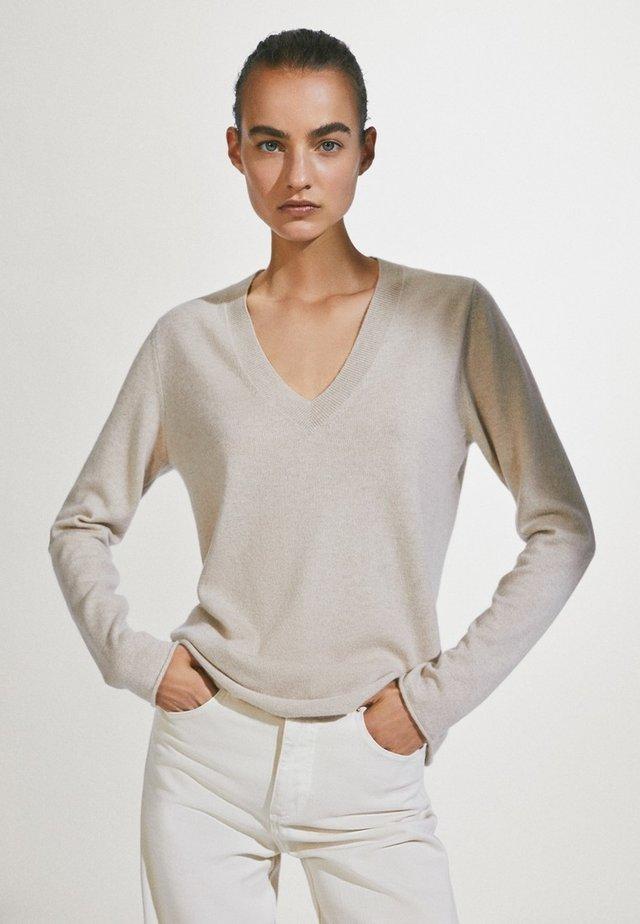 MIT V-AUSSCHNITT  - Sweter - beige
