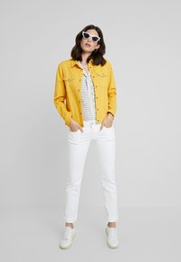 Miss Green - BREAK MY STRIDE - Veste en jean - golden rod - 1
