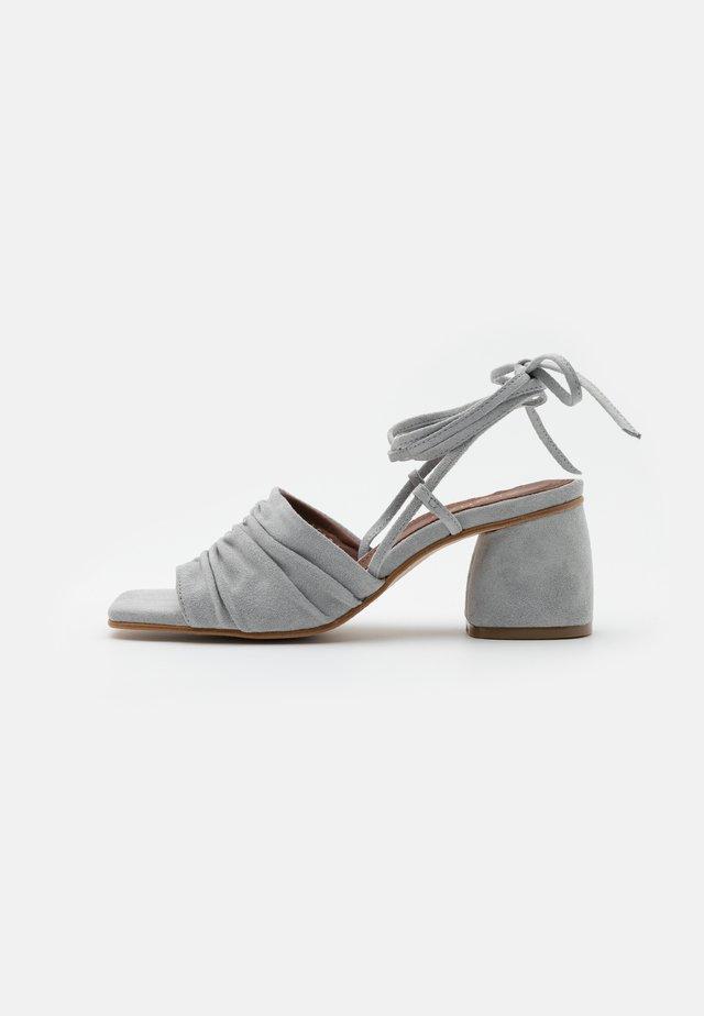 KAHLO - Sandaalit nilkkaremmillä - grey