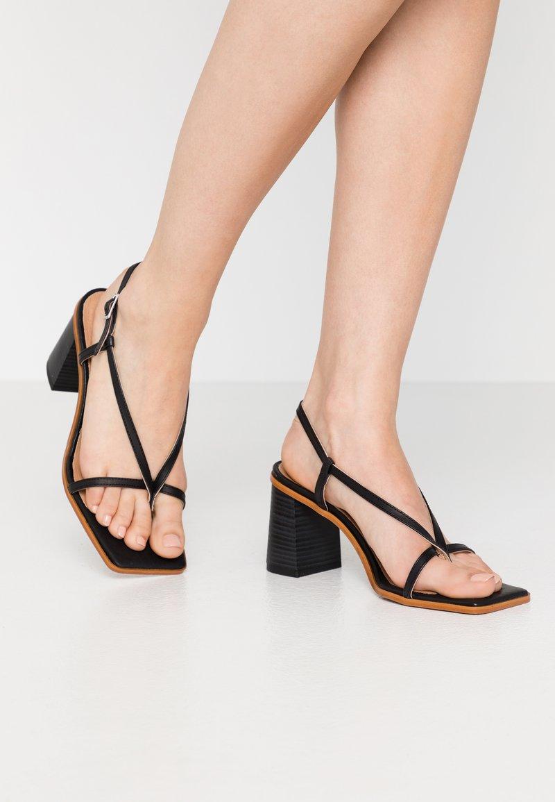 L'INTERVALLE - PASION - Sandály s odděleným palcem - black