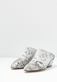 L37 - FALL ON ME - Heeled mules - white/black - 4