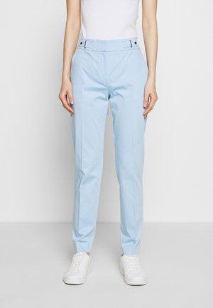 HALONI - Pantalones chinos - light/pastel blue