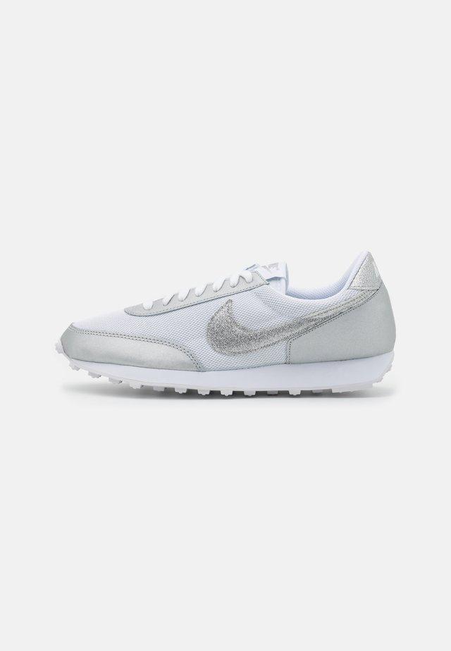 DAYBREAK - Zapatillas - white/metallic silver