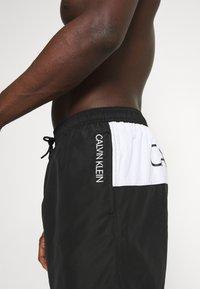 Calvin Klein Swimwear - CORE PLACED LOGO MEDIUM DRAWSTRING - Shorts da mare - black/white - 2
