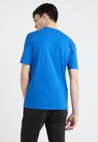 BOSS - TAUCH 1 10208401 01 - Triko spotiskem - medium blue - 2