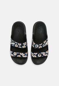 Crocs - CLASSIC VACAY VIBES - Sandály do bazénu - black - 4
