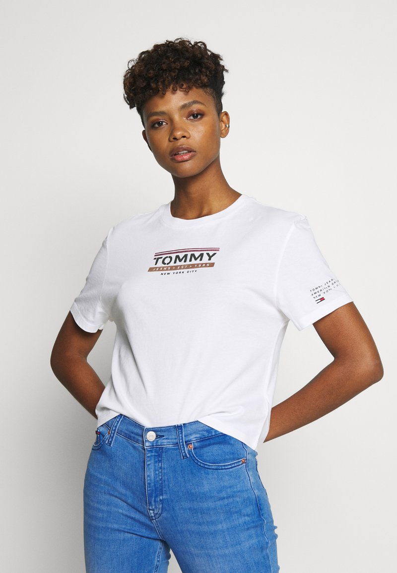 Tommy Jeans - TJW SLEEVE DETAIL LOGO TEE - T-shirts med print - white