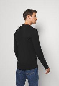 Guess - CORE TEE - T-shirt à manches longues - jet black - 2