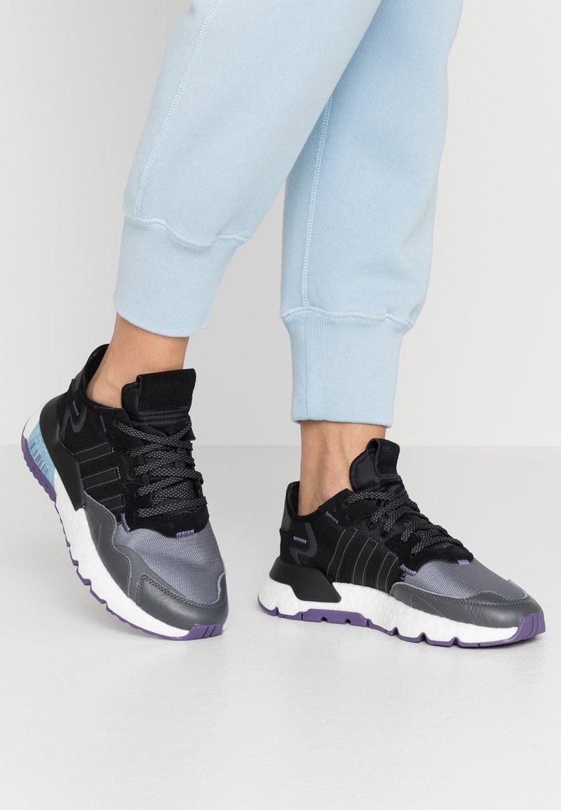 adidas Originals - NITE JOGGER  - Sneakersy niskie - tech purple/core black/grey five