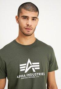 Alpha Industries - RAINBOW  - Print T-shirt - dark oliv - 3