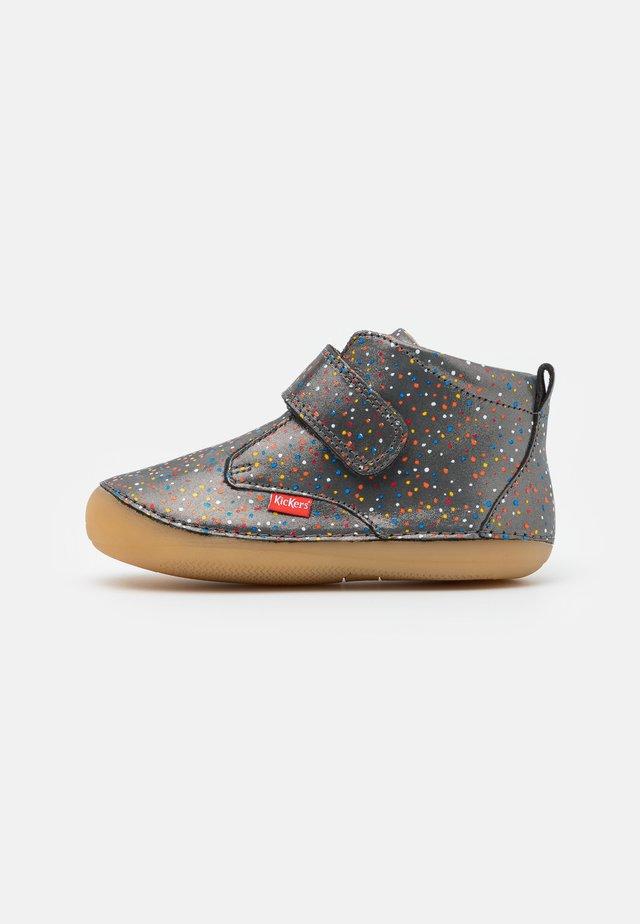 SABIO - Chaussures premiers pas - silver glitter/multicolor