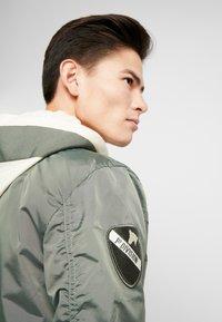 Alpha Industries - HOOD CUSTOM - Chaquetas bomber - vintage green - 5