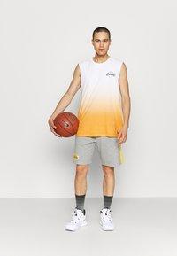New Era - LOS ANGELES LAKERS NBA DIP DYE SLEEVELESS TEE - Club wear - white/yellow - 1